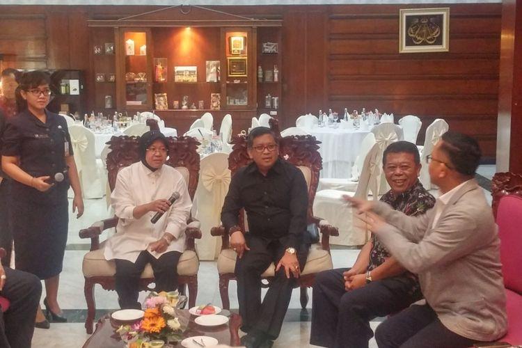 Sekjen PDIP Hasto Kristanto di rumah dinas Risma
