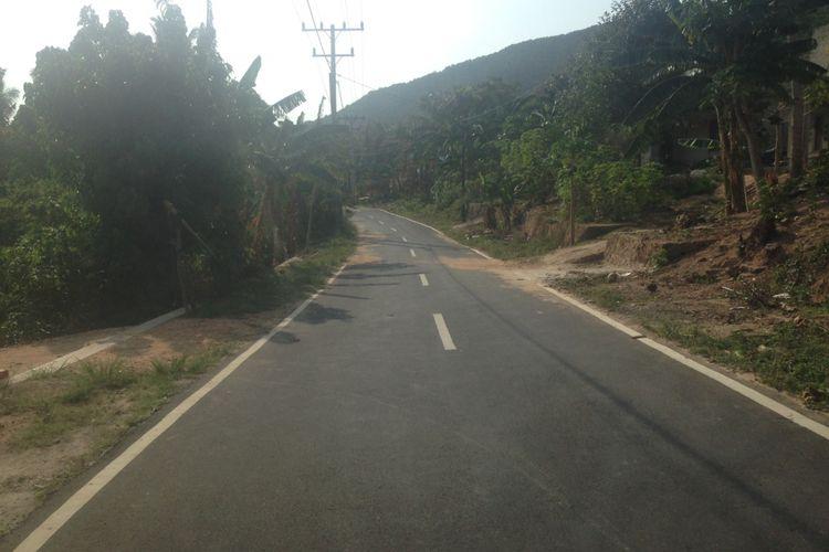 jalan di Karimunjawa kini lebar dan mulus. Foto diambil awal November 2017