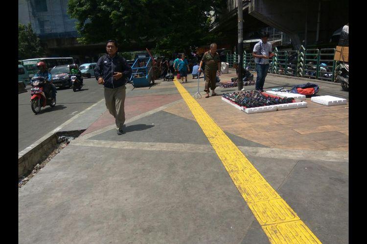 Kondisi trotoar Pasar Tanah Abang masih sepi hingga pukul 12.00 WIB.