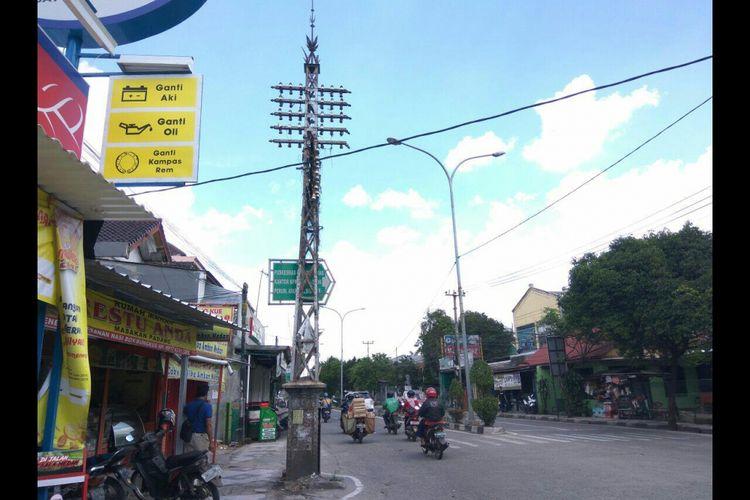 Tiang telepon setinggi 7 meter peninggalan Belanda tahun 1900 di Jalan Kartini, Kecamatan Pancoran Mas, Kota Depok, Selasa (20/2/2018).