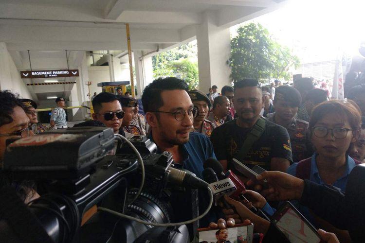 Vice President Corporate Communications Go-Jek Michael Reza menerima tuntutan para pengemudi Gerakan Hantam Aplikasi Nakal (Gerhana) yang berunjuk rasa di kantor Go-Jek di Pasaraya Blok M, Jakarta Selatan, Rabu (12/9/2018).