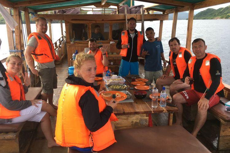Wisatawan asing dan Nusantara diharuskan memakai life jacket selama berwisata dengan menggunakan kapal rakyat selama ke Pulau Komodo dan Rinca di Kabupaten Manggarai Barat, NTT, Rabu (22/3/2017).