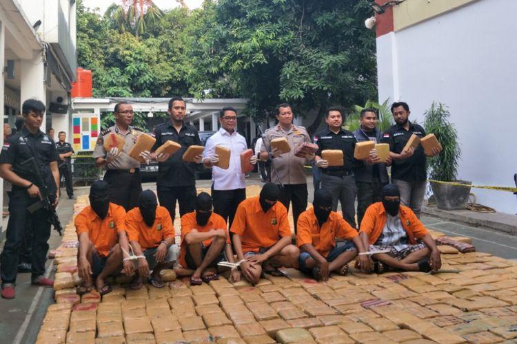 Rilis kasus penyelundupan ganja di dalam truk ikan asin di Mapolda Metro Jaya, Senin (30/7/2018).