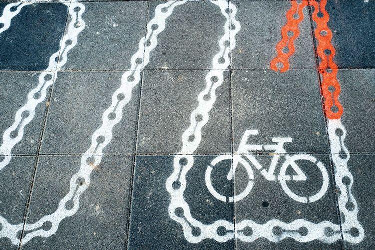 Bagian pertama digunakan sebagai tempat parkir sepeda yang digambar dengan markah jalan dengan bentuk unik