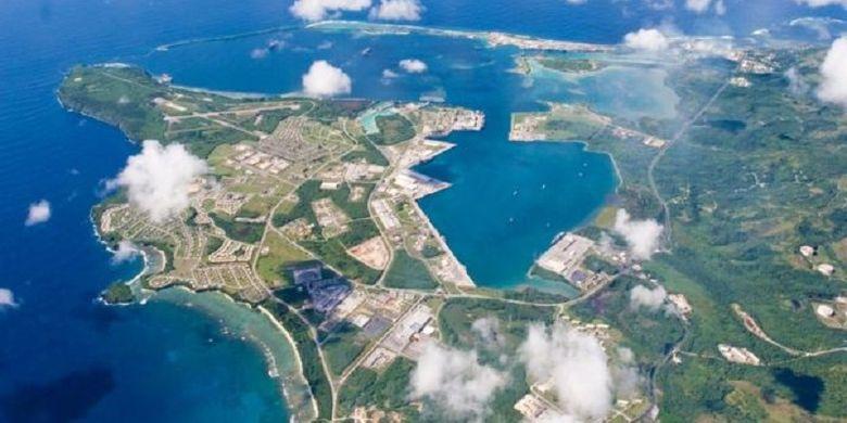 Fasilitas militer AS di pulau Guam meliputi pangkalan angkatan laut, pangkalan angkatan udara, dan sebuah rumah sakit.