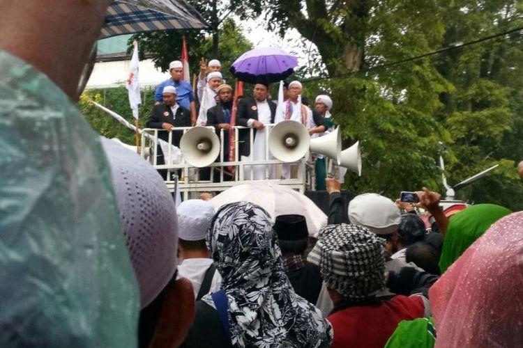 Buni Yani menyampaikan orasi di depan massa pendukung usai dijatuhi vonis 1,5 tahun penjara atas kasus pelanggaran UU ITE, Selasa (14/11/2017), di depan Gedung Dinas Kearsipan dan Perpustakaan Kota Bandung, Jalan Seram.