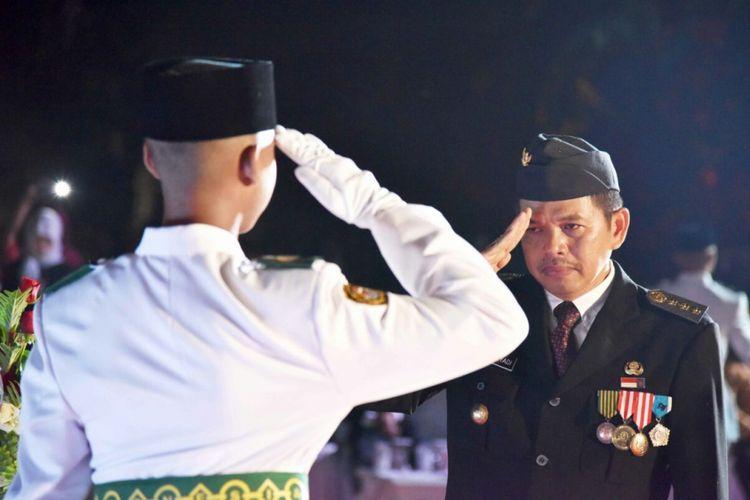 Upacara Militer dipadukan dengan Upacara Tradisi pengukuhan Paskibraka Purwakarta dan penyerahan Bendera Pusaka Merah Putih Kabupaten Purwakarta pada Senin (14/8/2017) malam.