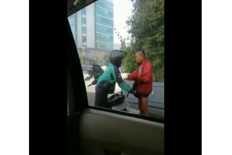 Pengemudi Gojek memberikan jaket kepada tunawisma yang tidak mengenakan pakaian di pinggir jalan. Aksinya viral lewat akun Twitter @senengdipeluk.