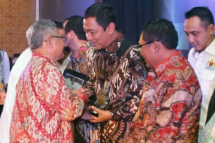 Wali Kota Semarang Hendrar Prihadi menerima penghargaan sebagai mitra terbaik pelaku usaha dalam kegiatan Kadin Award 2017. Penghargaan diserahkan oleh Wakil Gubernur Jateng Heru Sudjatmoko, Kamis (31/8/2017).