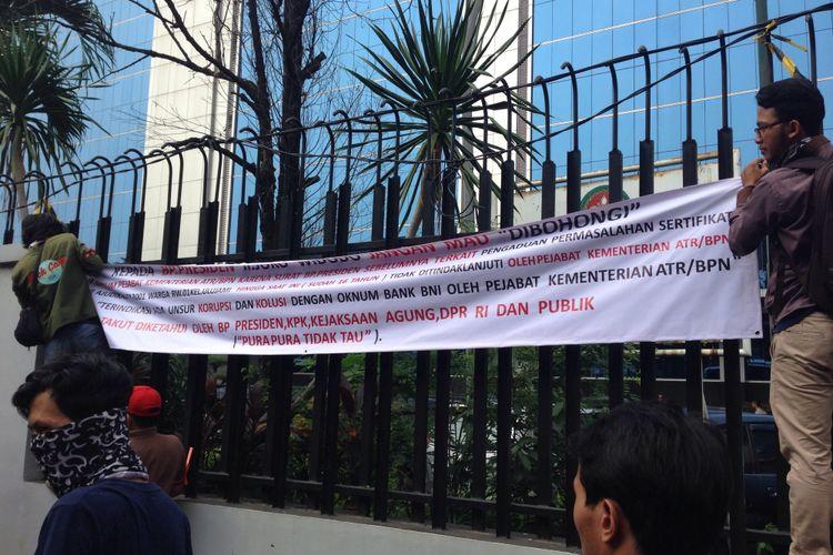 Sejumlah warga RW 01 Kelurahan Ulujami, Jakarta Selatan, memasang spanduk berisi tuntutan di depan kantor Kementerian ATR/BPN, Jakarta, Senin (17/7/2017).  Mereka menuntut agar 131 sertifikat tanah yang menjadi hak mereka segera diserahkan.