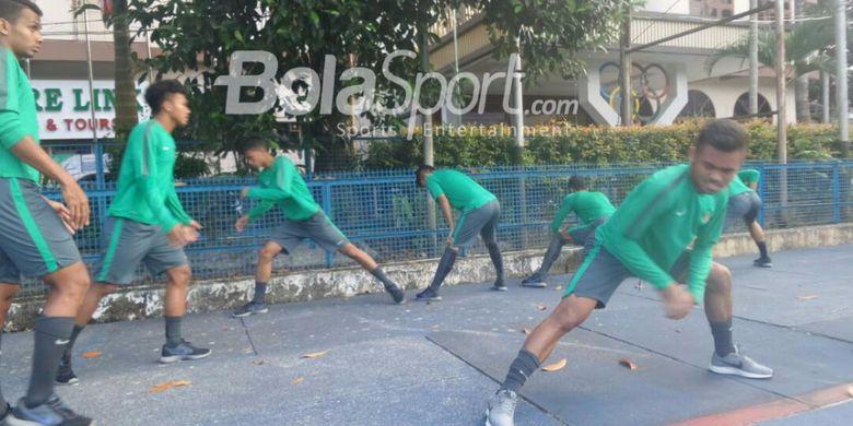 Suasana latihan para pemain tim nasional U-19 Indonesia di tempat penginapan mereka, Hotel Olympic, Selasa (12/9/2017). Ini jadi bagian dari persiapan menghadapi Brunei Darussalam dalam laga terakhir penyisihan Grup B Piala AFF U-18, Rabu (13/9/2017).
