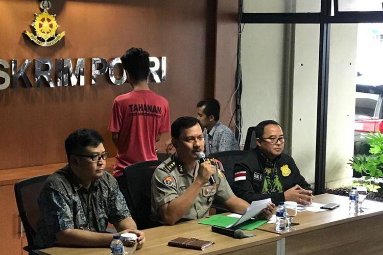 Kasubag Opinev Bag Penum Ropenmas Divisi Humas Polri AKBP Zahwani Pandra Arsyad (tengah) saat konferensi pers di Kantor Bareskrim, Gambir, Jumat (15/2/2019).