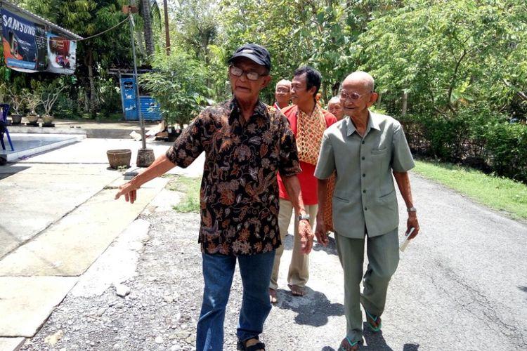 Soegiran Wongsotaroeno (80) atau dipanggil Mbah Wongso saat berjalan bersama  Songko Hardjosukoyo (99) adik kandung ayahnya yang masih hidup