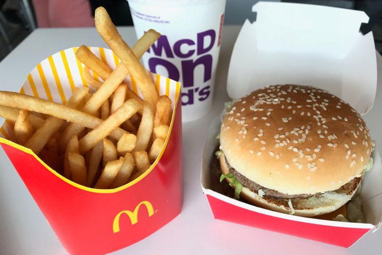 Big Mac, salah satu burger besar pertama di dunia, dengan dua potong daging sapi, saus spesial, selada, keju, acar timun, dan bawang dalam roti berwijen.