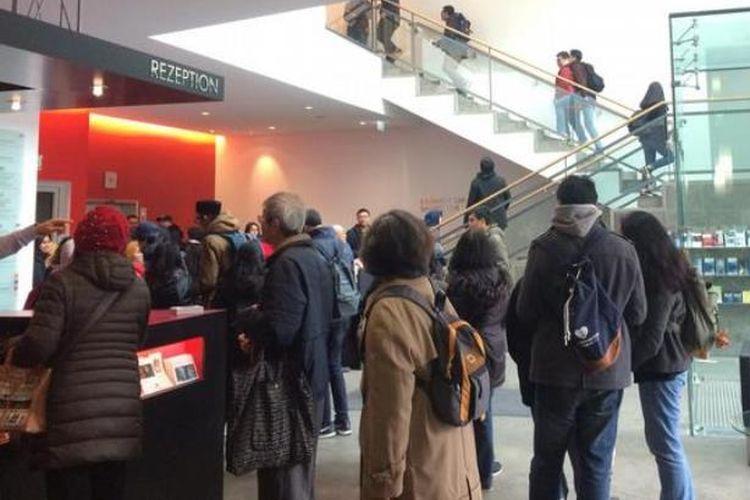 Antrean WNI di Frankfurt untuk memnggunakan hak pilih. (DW/Kusumawati)