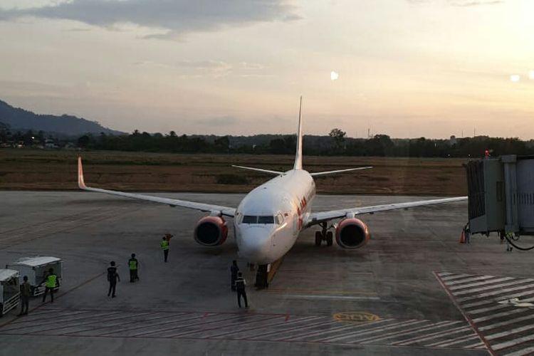 Pesawat Lion Air saat parkir di Bandara Depati Amir, Pangkal Pinang, Jumat (19/7/2019) sore.
