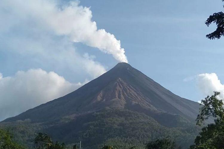 Gunung Karangetang tampak jelas mengeluarkan asap putih tebal di kawah utama dan bertekanan gas kuat lebih kurang 400 meter. Sedangkan kawah dua juga mengeluarkan asap putih sedang dengan tekanan gas sedang 150 meter.