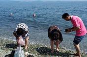 Beredar Video Turis China Punguti Kerikil Berkilau di Pantai Rusia
