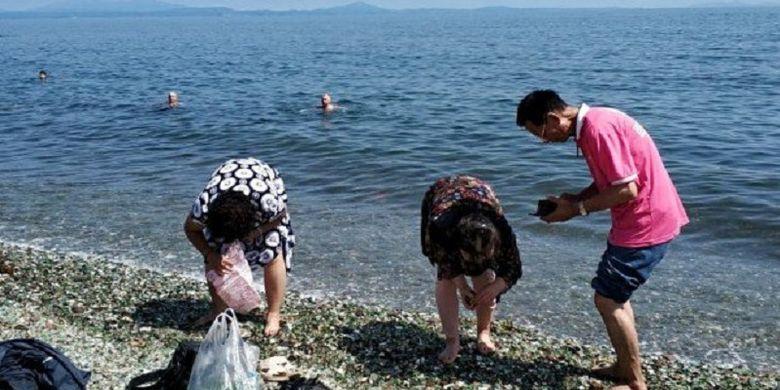 Sudah Dilarang, Turis China Tetap Punguti Kerikil Peninggalan Era Uni Soviet di Pantai Rusia, Warga Pun Berang