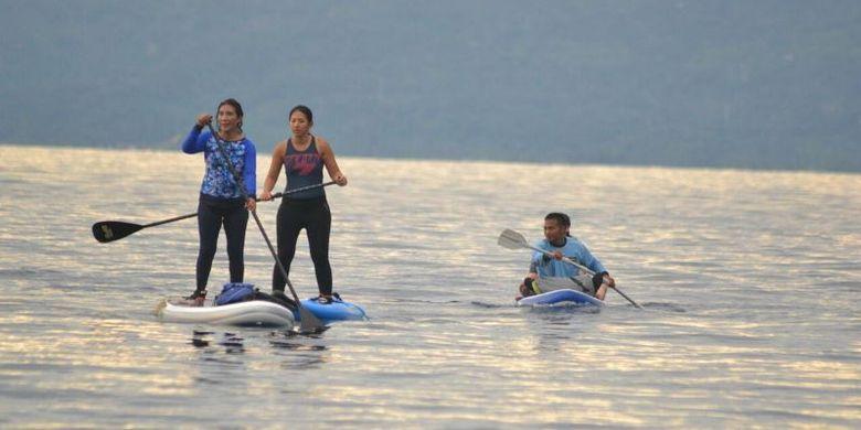 Menteri Kelautan dan Perikanan RI Susi Pudjiastuti bermain kano di lokasi objek wisata Pulau Padamarang di Kabupaten Kolaka, Sulawesi Tenggara, Selasa (21/3/2017).