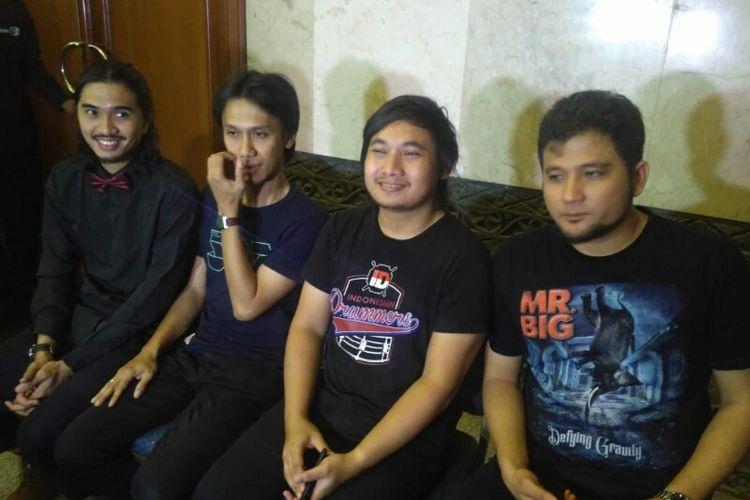 (dari kiri) Para personel Sheila On 7, Duta, Eross, Brian dan Adam saat ditemui usai tampil di acara ulang tahun salah satu televisi swasta di JCC, Senayan, Jakarta Pusat, Jumat (11/1/2019).