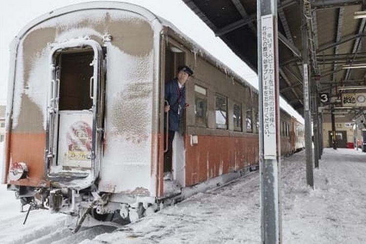 Di Jepang Ada Kereta Dengan Fasilitas Kompor Dan Makan Cumi