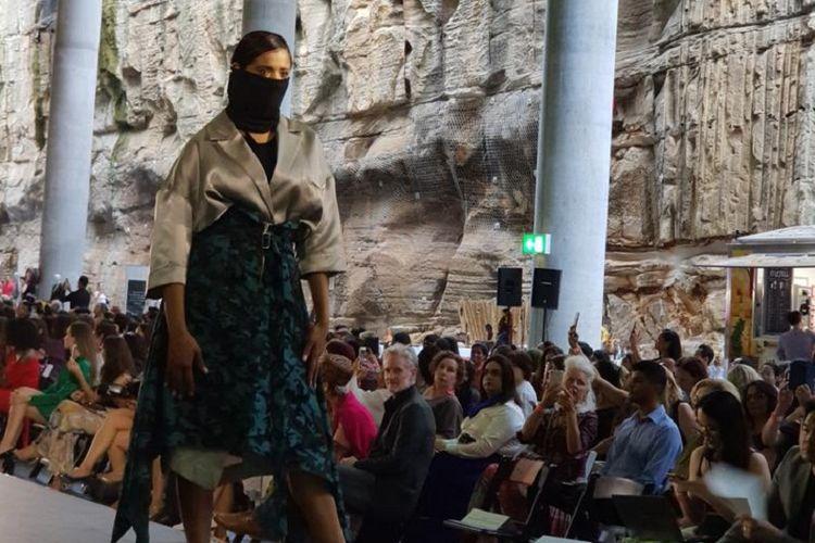 Salah seorang model tengah memamerkan busana dalam ajang Fashions of Multicultural Australia di Sydney pada Jumat (1/3/2019). Ajang itu juga diikuti dua desainer dari Indonesia.
