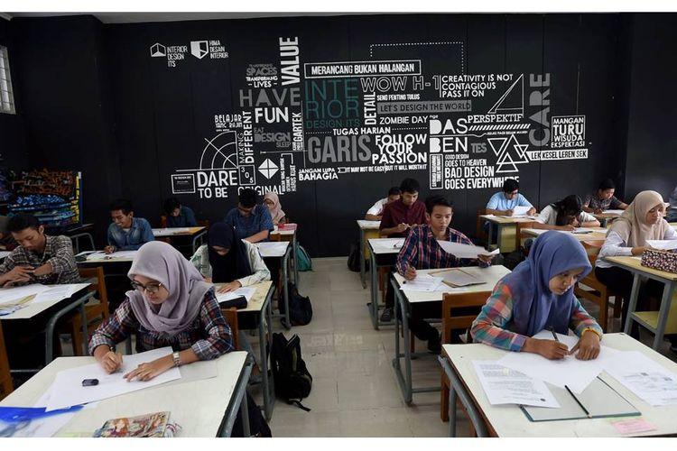 Peserta Seleksi Bersama Masuk Perguruan Tinggi Negeri (SBMPTN) untuk Program Studi Desain Produk ITS mengikuti ujian keterampilan seni rupa di Institut Teknologi Sepuluh Nopember (ITS), Surabaya, Jawa Timur, Rabu (1/6). Dari 778 peserta yang akan diterima 100 peserta.