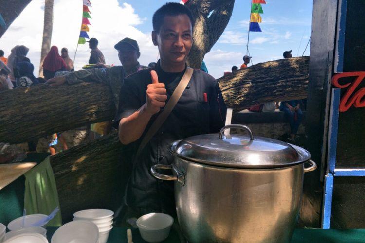 Chef Mahdi tengah memasak Angeun Lada, sayur pedas khas Banten di Mutiara Carita Cottages, Senin (11/2/2019).