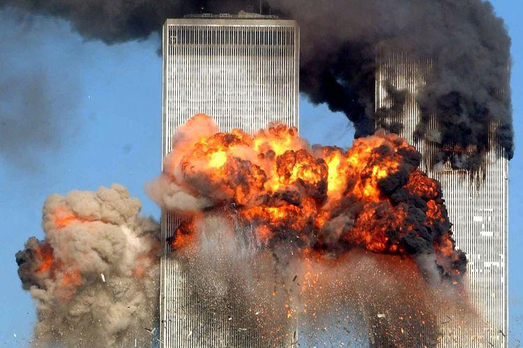 Foto Gedung WTC yang terbakar setelah ditabrak pesawat United Airlines Flight 175 yang dibajak dalam rute dari Boston, saat serangan 11 September 2001 terjadi di New York City, Amerika Serikat.