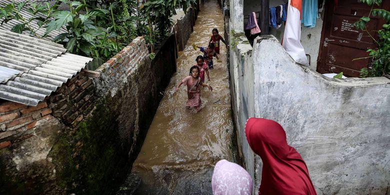 Sungai Ciliwung di sekitar Jalan Raya Kalibata meluap dan menyebabkan banjir yang merendam rumah warga di Kalibata, Jakarta Selatan, Jumat (26/4/2019). Badan Penanggulangan Bencana Daerah DKI Jakarta mencatat ada 17 titik di DKI Jakarta terendam banjir pada Jumat (26/4/2019) pagi akibat luapan Sungai Ciliwung.