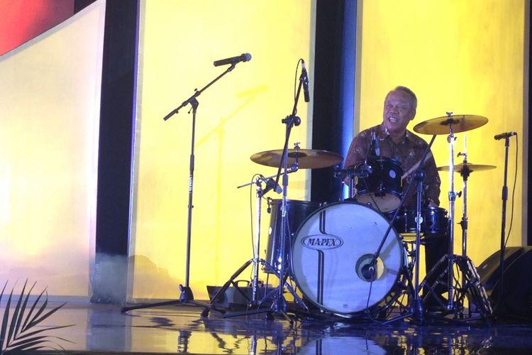 Menteri PUPR Basuki Hadimuljono saat bermain drum pada ajang Real Estate Creative Awards 2017 di Hotel JS Luwansa, Jumat (11/8/2017) malam.