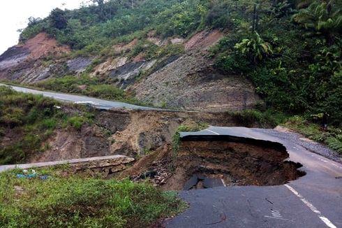 Warga Perbatasan Terpaksa Lintasi Jalan Putus untuk Menuju Nunukan