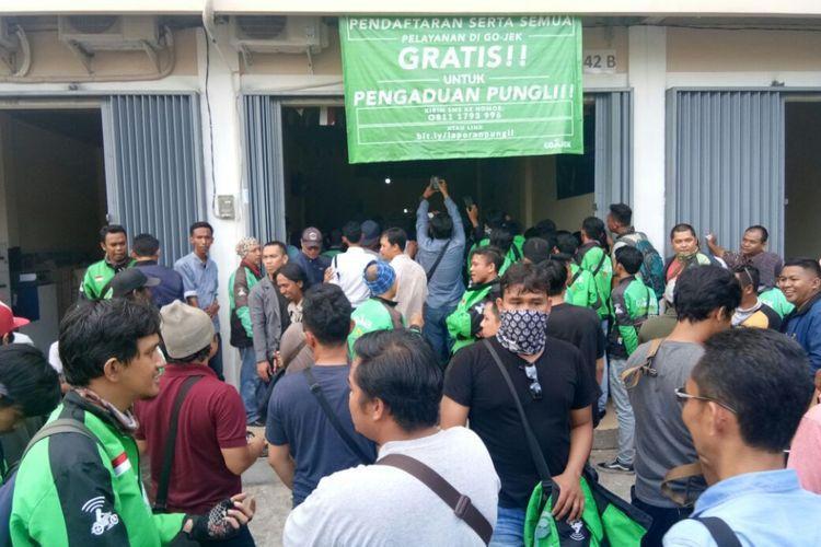 Para pengemudi ojek online berbasis aplikasi saat mendatangi kantor perwakilan PT Go-Jek Indonesia di jalan Urai Bawadi, Pontianak (27/3/2018).