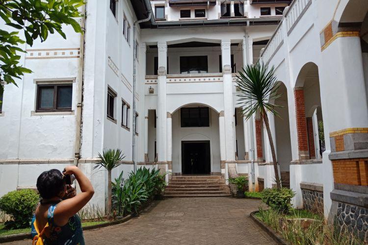 Wisatawan sedang memotret keindahan bangunan arsitektur Eropa, buatan Belanda di Lawang Sewu, Semarang, Rabu (28/3/2018).
