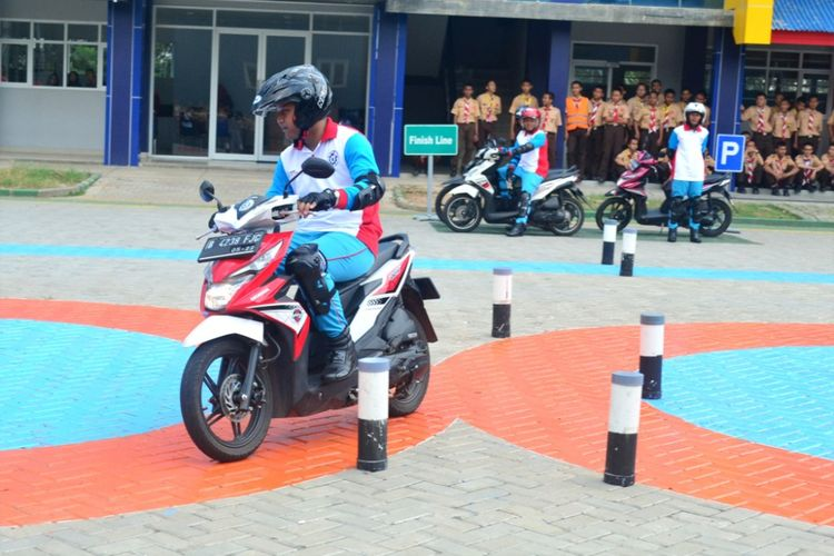 Duta Safety Riding melakukan praktik safety riding pada zona praktik di SMK Mitra Industri MM2100.
