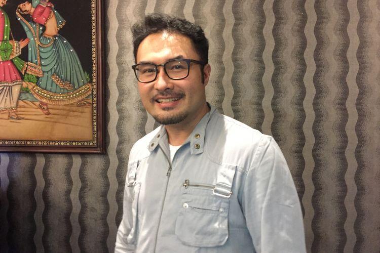 Surya Saputra menghadiri syukuran film Dear Nathan: Hello Salma di kantor Rapi Film, Cikini, Jakarta Pusat, Selasa (16/5/2018).