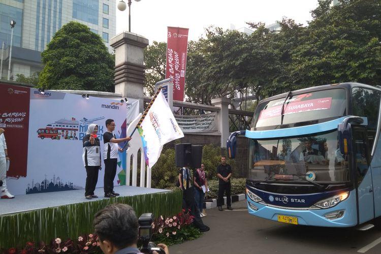 Direktur Manajemen Risiko Bank Mandiri A Siddik Badruddin melakukan pelepasan peserta mudik gratis di Plaza Mandiri, Kamis (7/6/2018).