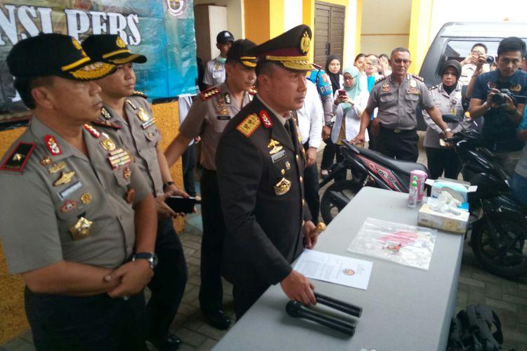 Kapolda Jabar Irjen Agung Budi Maryoto tengah menjelaskan penangkapan pelaku begal yang telah menewaskan seorang mahasiswi di Bandung.