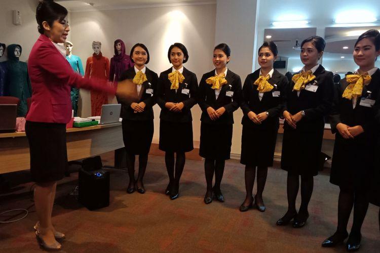 Calon kabin kru dan pilot dilatih teknik pelayanan, penampilan, komunikasi, keamanan, dan pengamanan di Garuda Indonesia Training Centre, Duri, Jakarta Barat, Senin (10/9/2018).