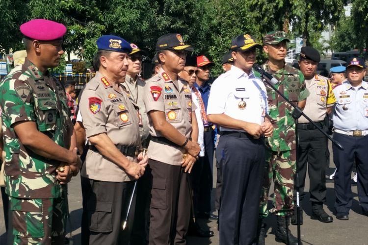 Gubernur DKI Jakarta Anies Baswedan dan Kapolda Metro Jaya Irjen Idham Azis memberikan keterangan kepada awak media usai pelaksanaan apel tanggap musim penghujan di Mapolda Metro Jaya, Jumat (16/11/2018).