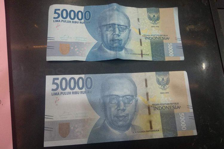 Perbedaan uang asli (atas) dengan uang palsu (bawah) yang disita dari komplotan pencetak dan pengedar uang palsu di Mapolsektro Setiabudi, Jakarta Selatan, Kamis (31/1/2019).