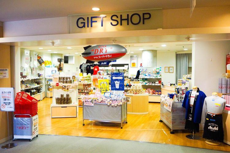 Beli suvenir Asahi yang resmi dan camilan di toko oleh-oleh yang ada di dalam pabrik