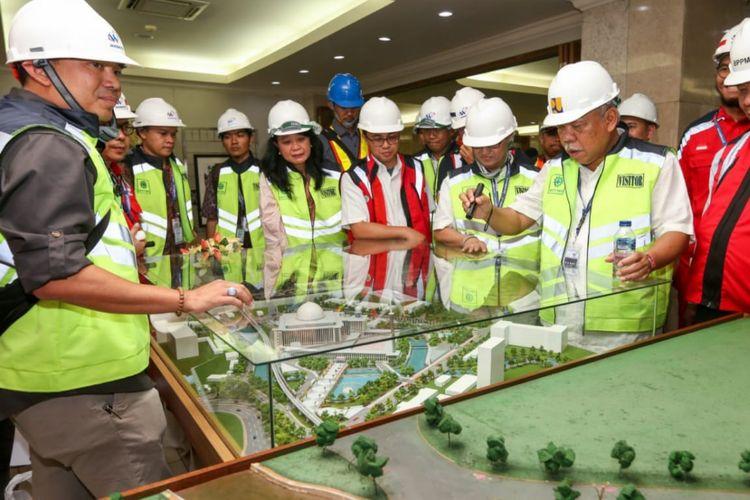 Menteri PUPR Basuki Hadimulojono melihat maket proyek renovasi Masjid Istiqlal.