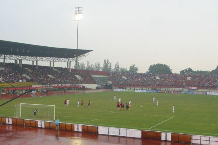 Laga perdana Liga Primer Indonesia (LPI) antara Solo FC dan Persema Malang di Stadion Manahan, Solo, Jawa Tengah, pada 8 Agustus 2011.