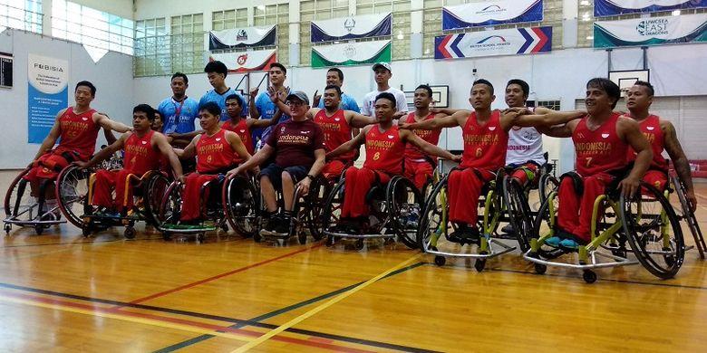 Tim nasional basket kursi roda Indonesia berfoto sesuai menjalani laga uji coba melawan Thailand, di British Jakarta School (BSJ), Tangerang Selatan, Senin (25/6/2018).