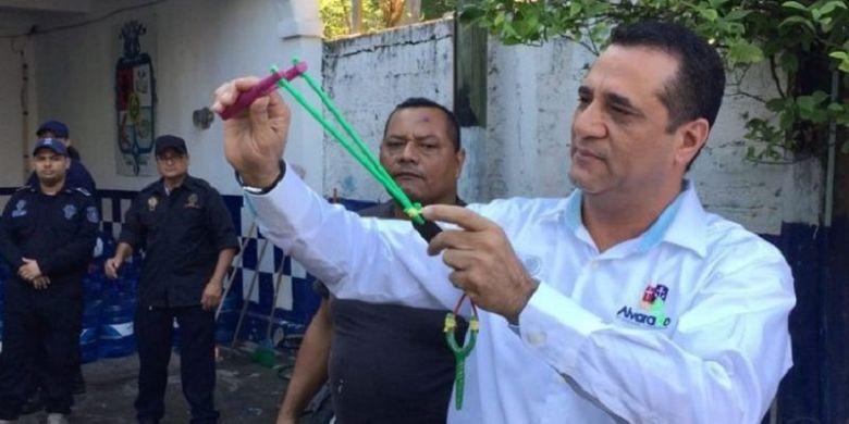 Wali Kota Alvarado, Bogar Ruiz Rosas, mencoba ketapel sebelum memberikannya secara simbolis ke polisi. Ketapel itu dipergunakan setelah senjata api mereka dilucuti.