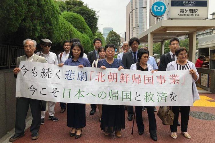 Empat perempuan dan seorang pria menuntut pemerintah Korea Utara di pengadilan Jepang atas kerugian dari kebohongan-kebohongan dan penderitaan yang dialami selama tinggal di Korea Utara. (HRW/Kanae Doi)