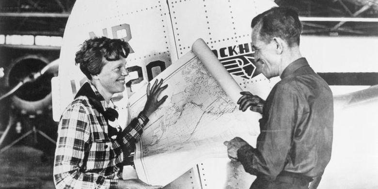 Amelia Earhart dan Fred Noonan mendiskusikan sebuah peta pasifik yang menunjukkan rute penerbangan mereka.