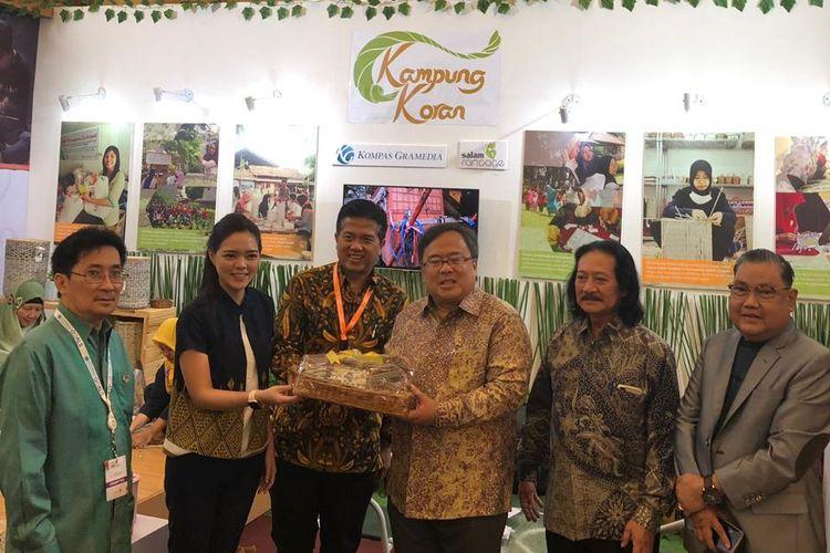 Menteri PPN/Kepala Badan Perencanaan Pembangunan Nasional, Prof. Dr. Bambang P.S. Brodjonegoro berkunjung ke booth Kampung Koran di FiFest 2018.